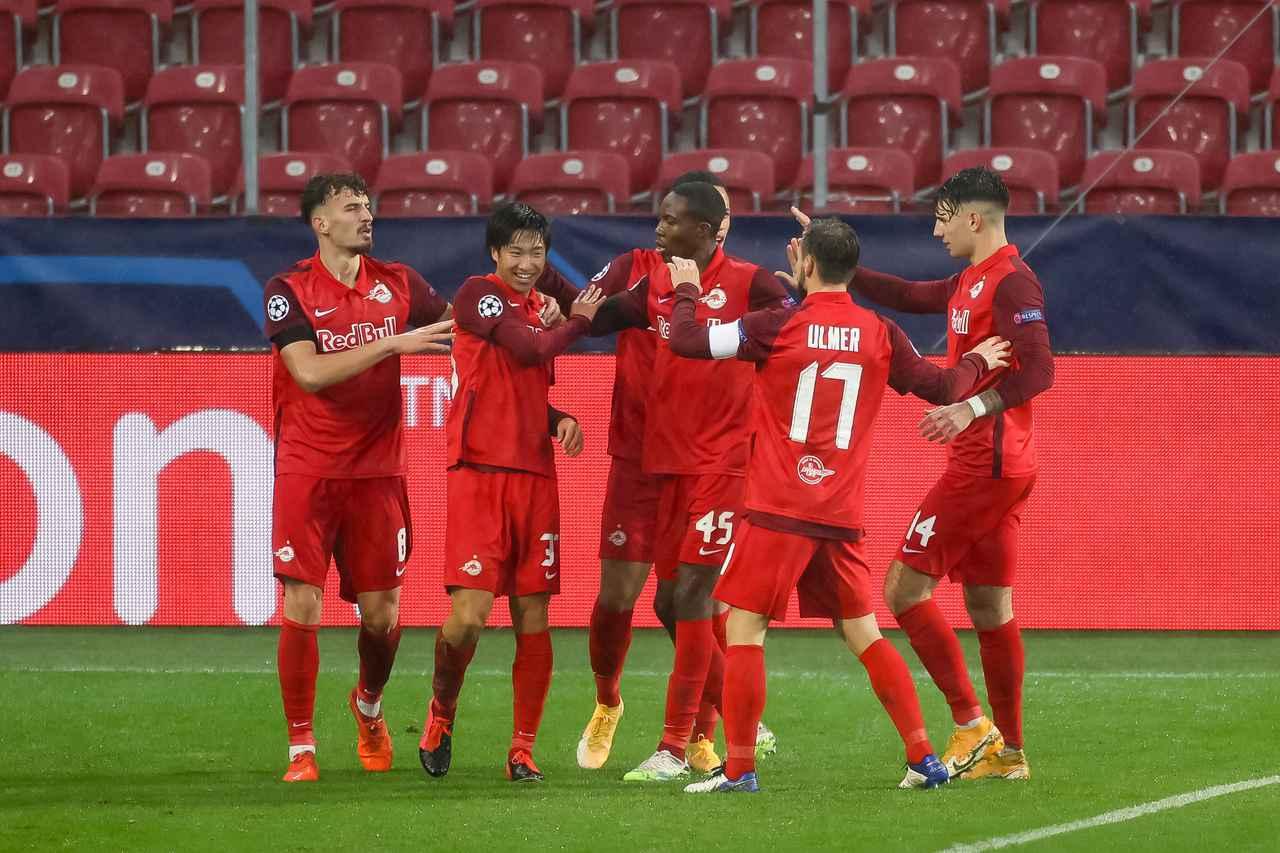 Images : 1番目の画像 - CLのバイエルン戦でゴールを挙げて、仲間に祝福される奥川(写真◎Getty Images) - サッカーマガジンWEB