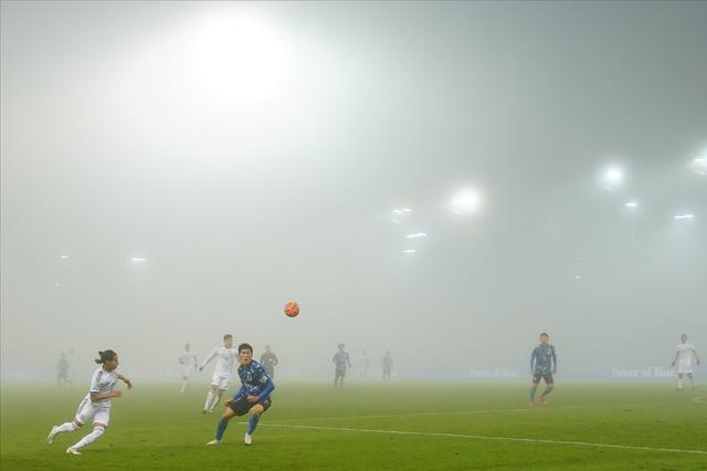 画像: 後半、ピッチは濃い霧に包まれ、視界の悪い中でプレーすることになった(写真◎Getty Images)