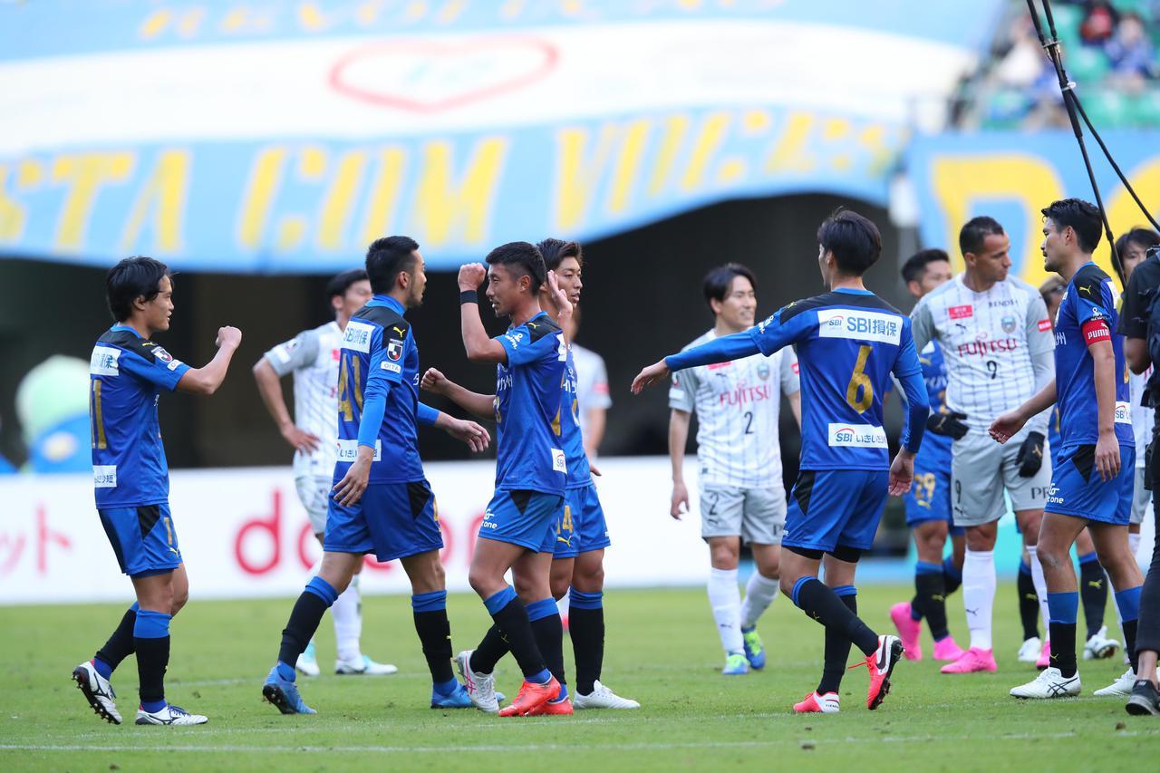 Images : 1番目の画像 - 川崎Fの目の前での優勝を阻止し、喜ぶ大分の選手たち(写真◎J.LEAGUE) - サッカーマガジンWEB