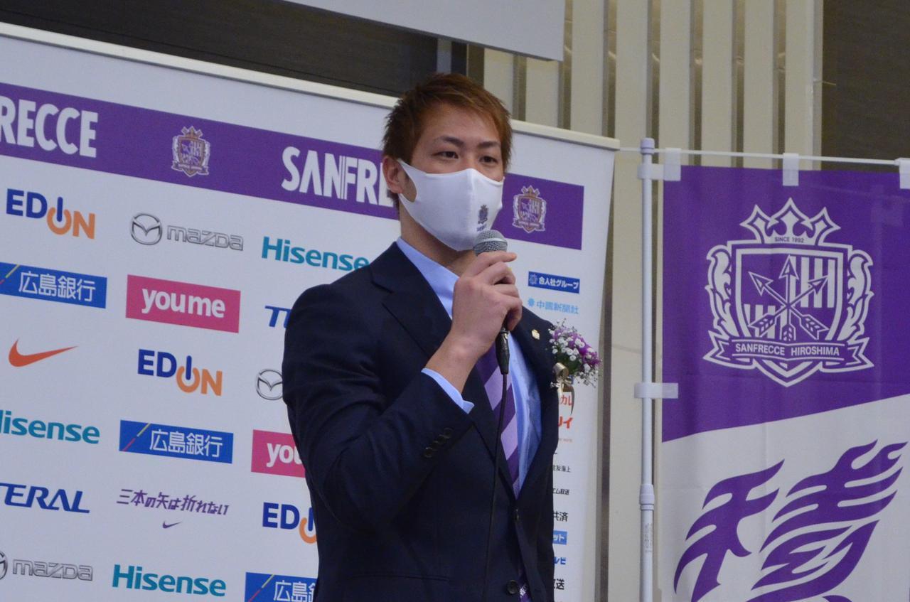 Images : 1番目の画像 - 広島市内のホテルで行なわれた会見で意気込みを語った川浪(写真◎石倉利英) - サッカーマガジンWEB
