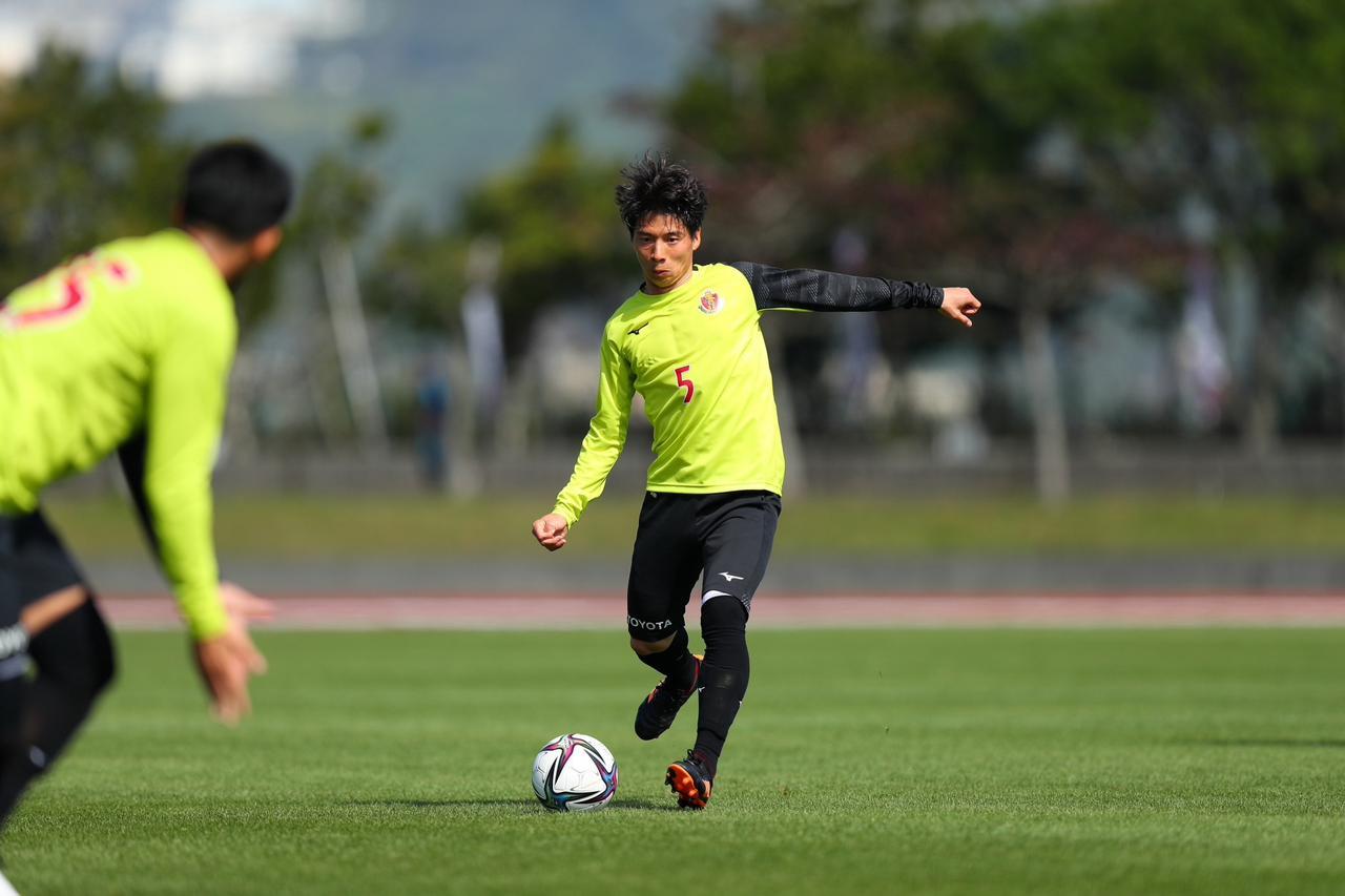 Images : 1番目の画像 - 【画像】まずは新しい仲間とのプレーを楽しんだ長澤和輝。名古屋の戦い方を染み込ませていった(写真提供◎名古屋グランパス) - サッカーマガジンWEB