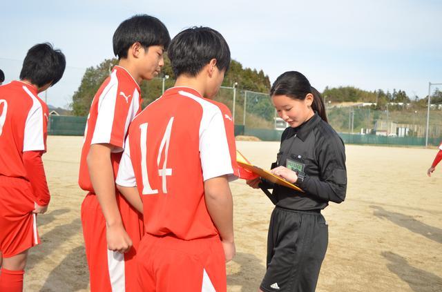 画像: 試合前のメンバーチェック。メンバー表の背番号と名前を見ながら先発する選手を確認する(写真◎石倉利英)