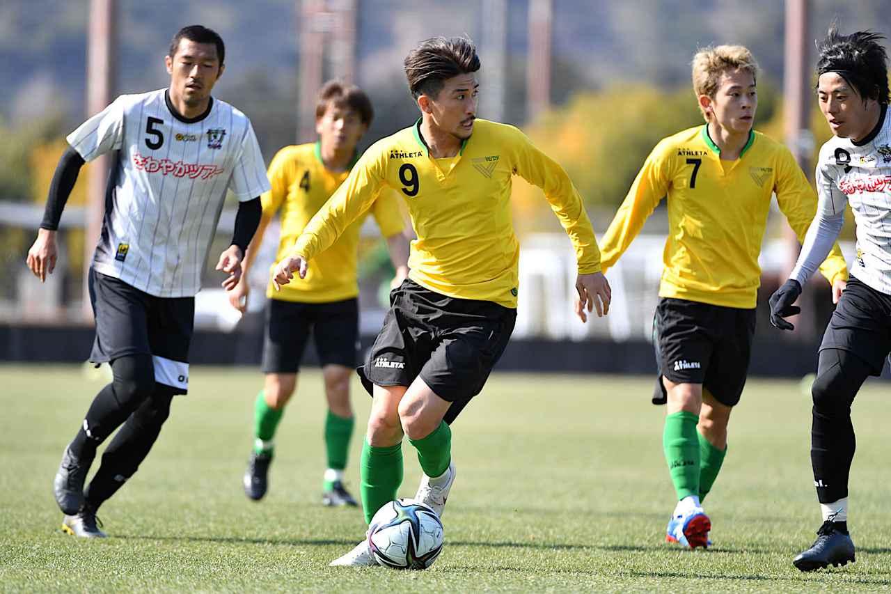 Images : 1番目の画像 - 【写真】副キャプテンとしてもチームを導く。佐藤優平に学びたいという若手が多いのだという(写真提供◎東京ヴェルディ) - サッカーマガジンWEB