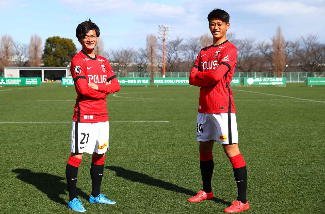 Images : 1番目の画像 - 【写真】ユニフォーム姿でポーズを取る大久保智明(左)と藤原優大(写真提供◎URAWA REDS) - サッカーマガジンWEB