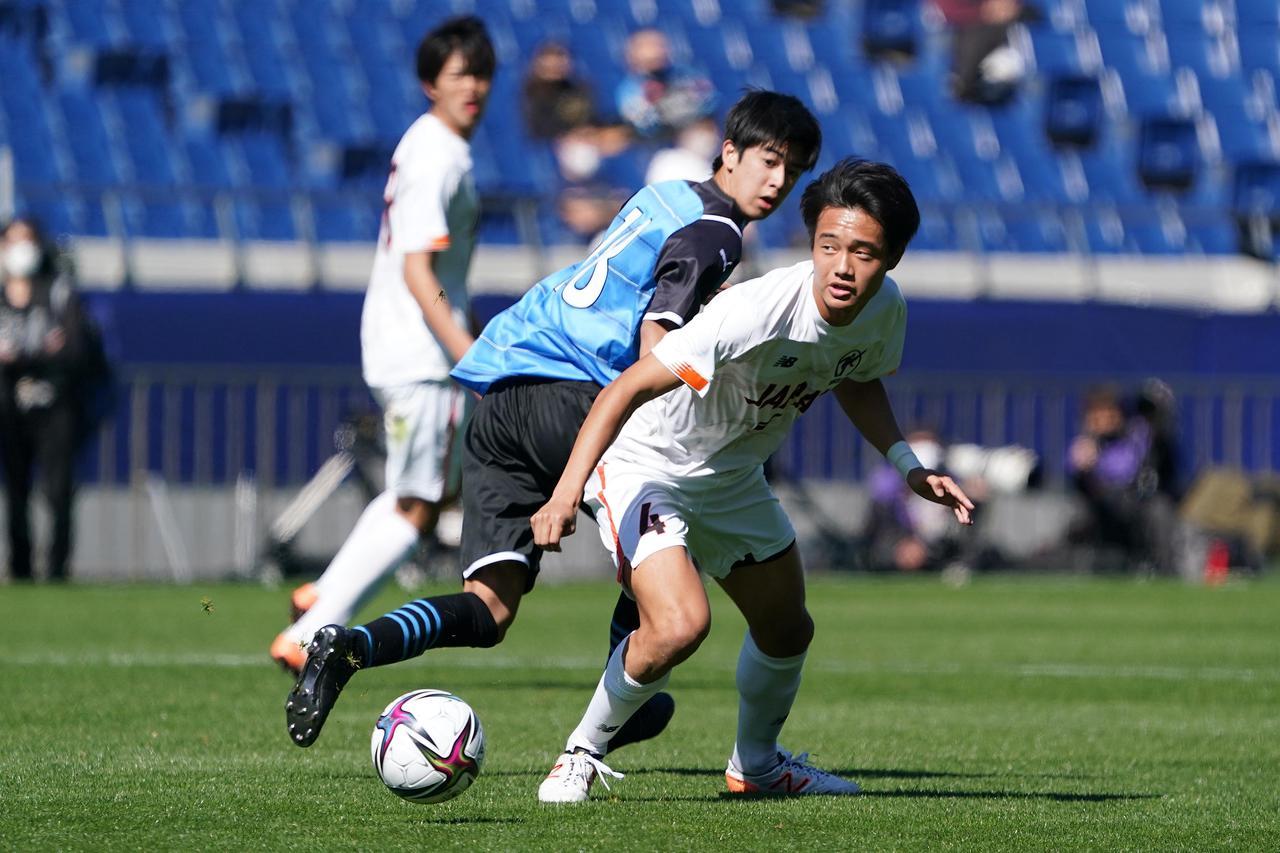 Images : 3番目の画像 - 【写真】ピッチで駆け回った高校選抜の選手たち(写真◎小山真司) - サッカーマガジンWEB