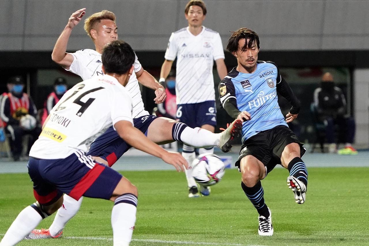 Images : 1番目の画像 - 【写真】豪快な左足、そしてヘッド! 2得点で家長はチームを勝利に導いた(写真◎Getty Images) - サッカーマガジンWEB