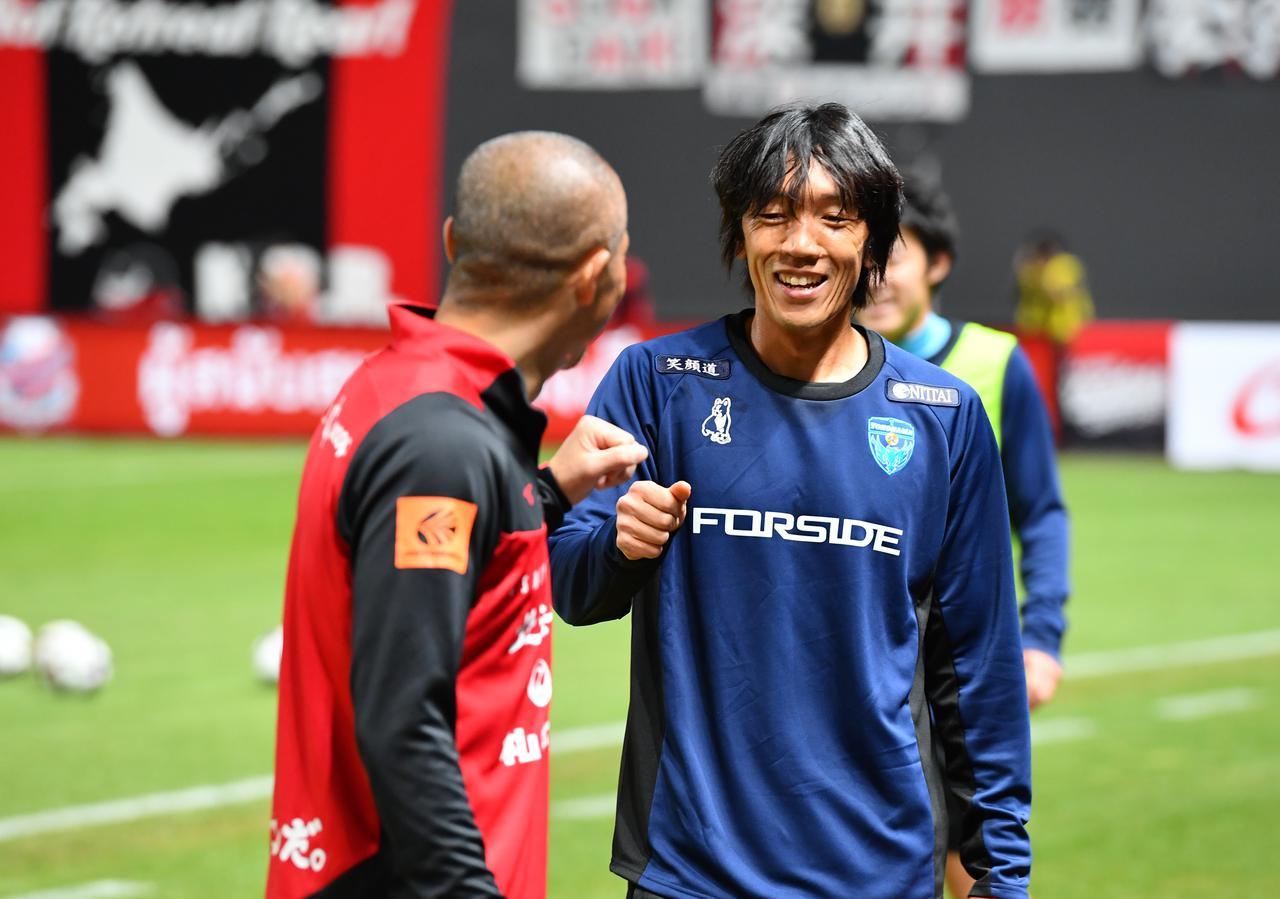 Images : 1番目の画像 - 【写真】試合前、笑顔で会話をかわす中村俊輔と小野伸二(写真◎J.LEAGUE) - サッカーマガジンWEB