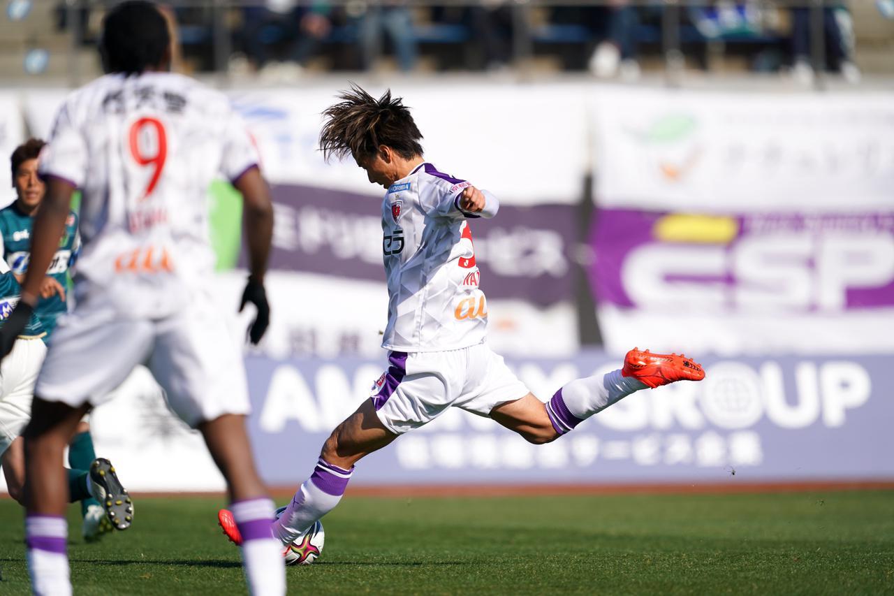 Images : 1番目の画像 - 【写真】これがパワーショットの瞬間。三沢直人の全身の力がボールに吹き込まれた(写真◎J.LEAGUE) - サッカーマガジンWEB