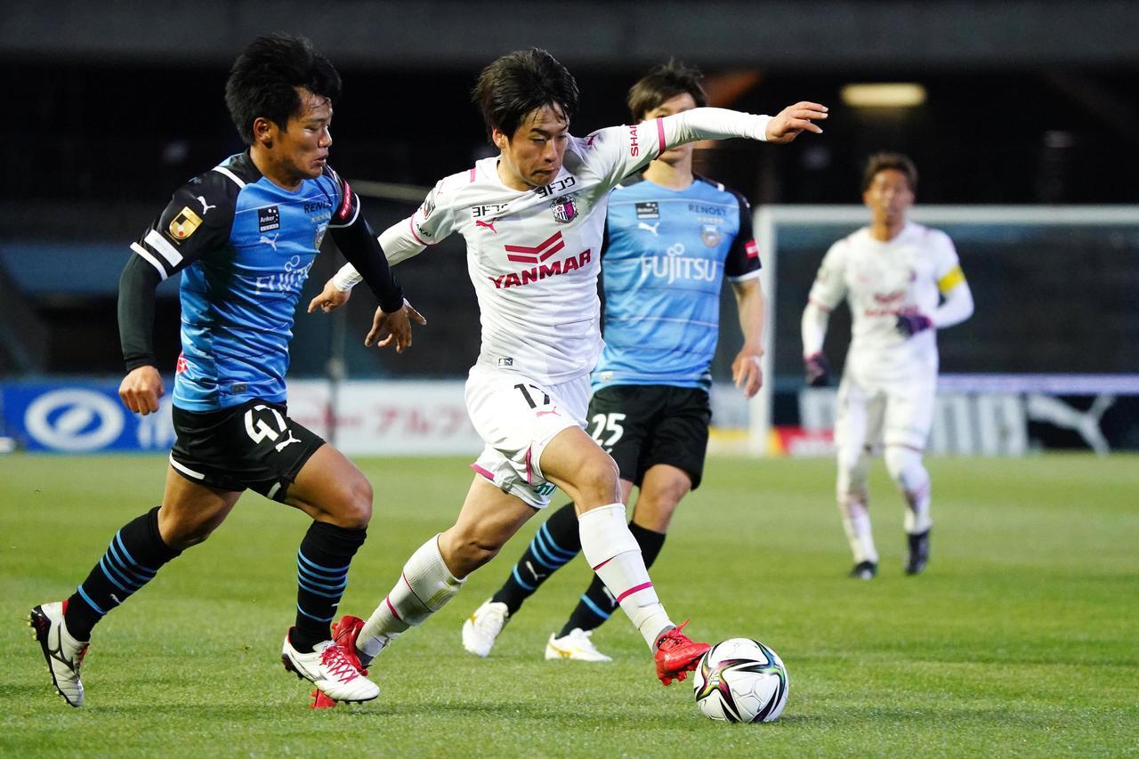 Images : 5番目の画像 - 【写真】C大阪も前半の2得点で攻撃的に戦った。見ごたえのある90分だった(写真◎小山真司)1 - サッカーマガジンWEB