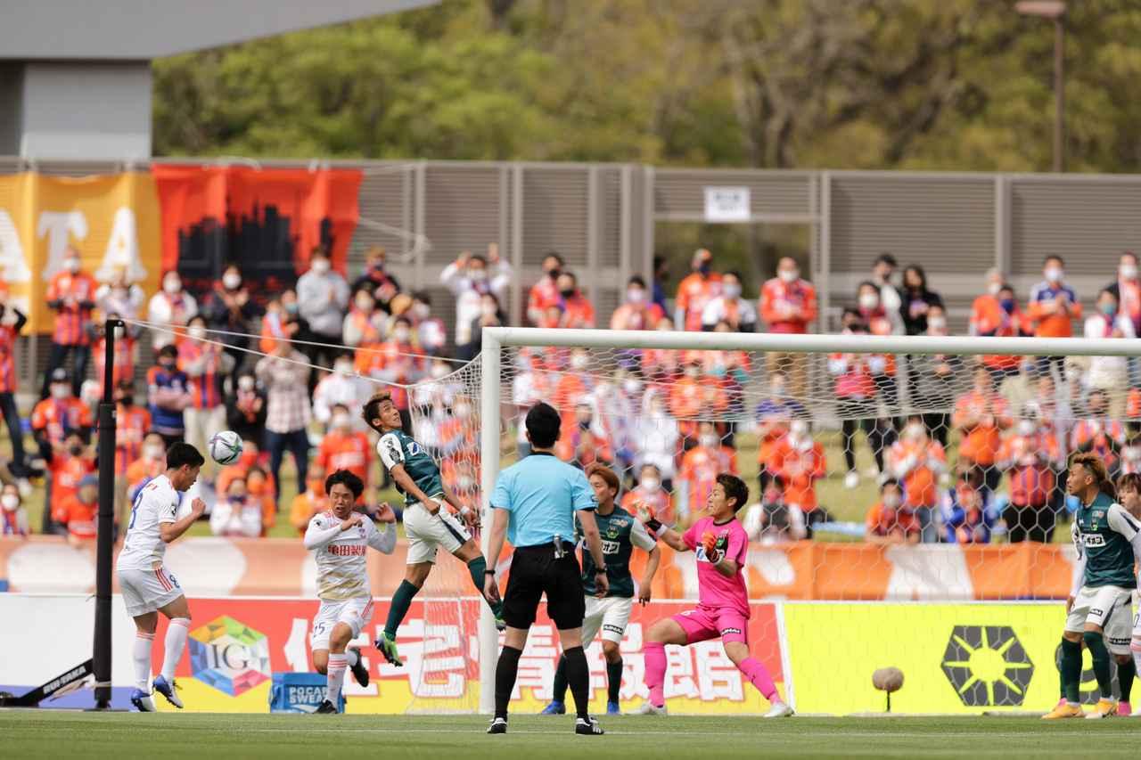 Images : 1番目の画像 - 【写真】61分の同点弾のシーン。ファーに逃げたボールを高宇洋がヘッドできっちりと送り込んだ(写真◎J.LEAGUE) - サッカーマガジンWEB