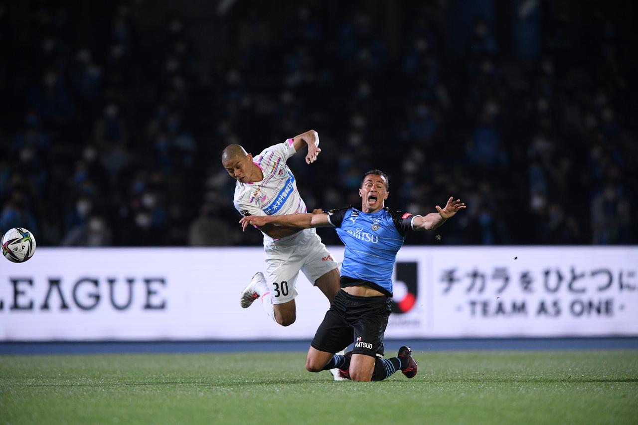 Images : 1番目の画像 - 【写真】鳥栖にとって悔やまれるのは田代雅也の退場。それでも10人で最後まで勝利を狙い続けた(写真◎J.LEAGUE) - サッカーマガジンWEB
