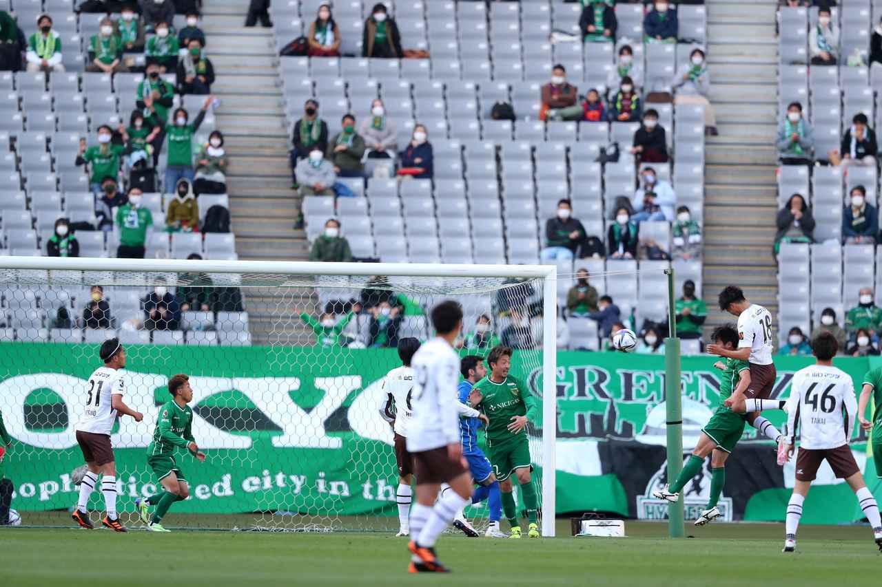 Images : 1番目の画像 - 【写真】小松蓮の先制ゴールのシーン。11分に左CKからヘッドで力強く決めた(写真◎J.LEAGUE) - サッカーマガジンWEB