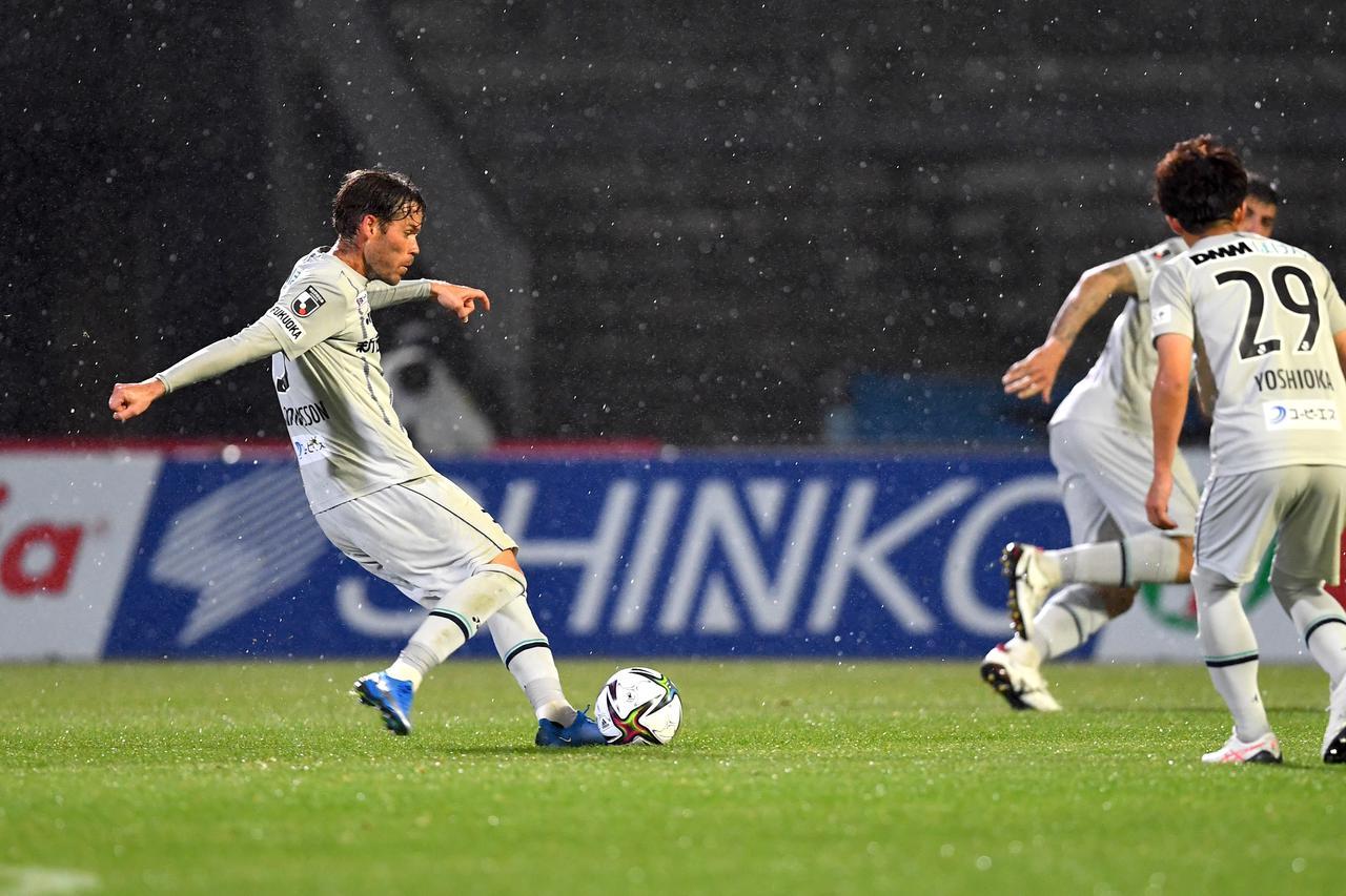 Images : 1番目の画像 - 【写真】前半終了間際に福岡が追いつく。エミル・サロモンソンの美しいFKが飛び込んだ(写真◎J.LEAGUE) - サッカーマガジンWEB
