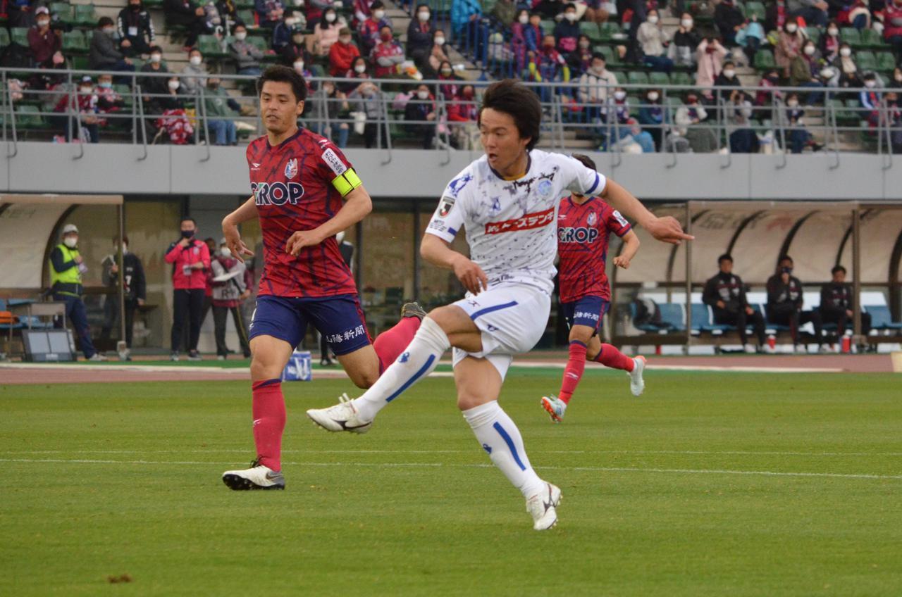 Images : 2番目の画像 - 【写真】GKとの1対1を決めた松崎はベンチへ。劇的な逆転ゴールの喜びをチームメイトと分かち合った(写真◎石倉利英) - サッカーマガジンWEB