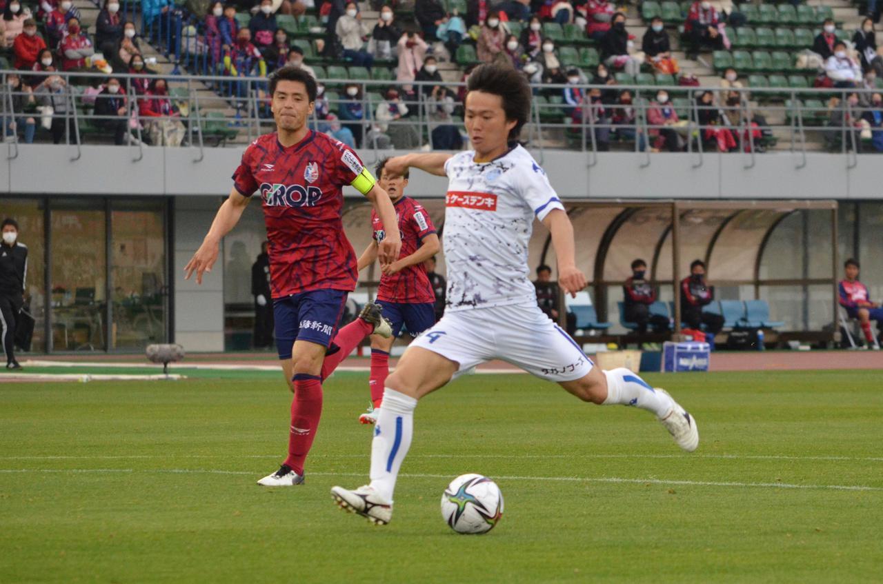 Images : 1番目の画像 - 【写真】GKとの1対1を決めた松崎はベンチへ。劇的な逆転ゴールの喜びをチームメイトと分かち合った(写真◎石倉利英) - サッカーマガジンWEB