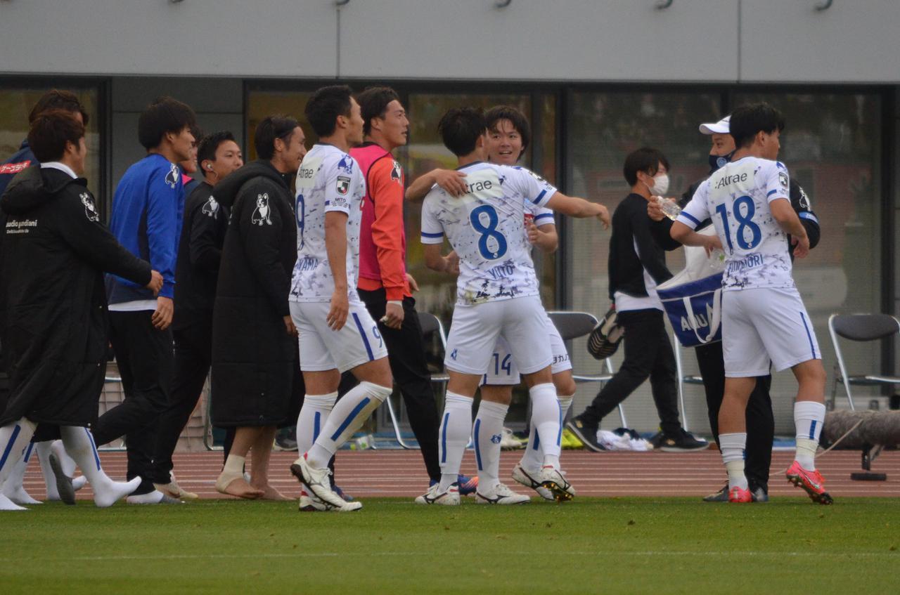 Images : 5番目の画像 - 【写真】GKとの1対1を決めた松崎はベンチへ。劇的な逆転ゴールの喜びをチームメイトと分かち合った(写真◎石倉利英) - サッカーマガジンWEB