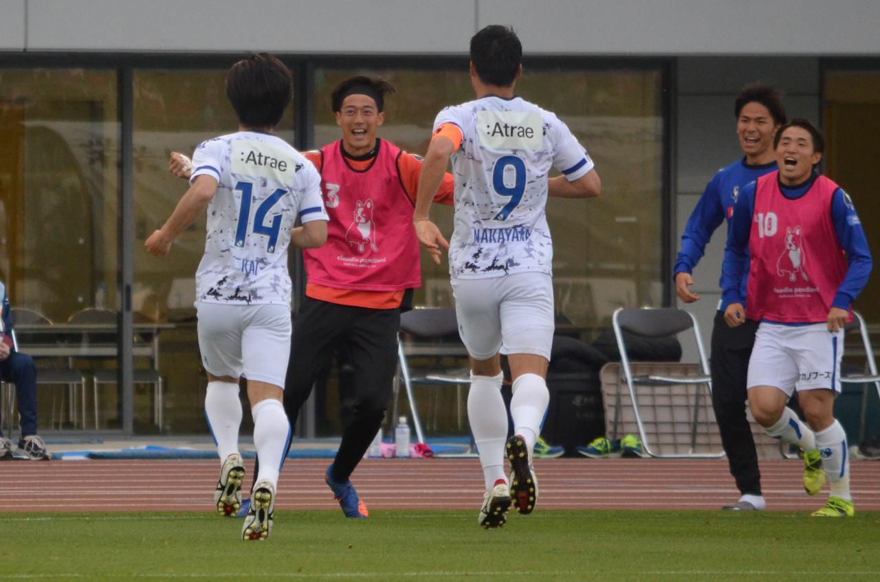 Images : 4番目の画像 - 【写真】GKとの1対1を決めた松崎はベンチへ。劇的な逆転ゴールの喜びをチームメイトと分かち合った(写真◎石倉利英) - サッカーマガジンWEB