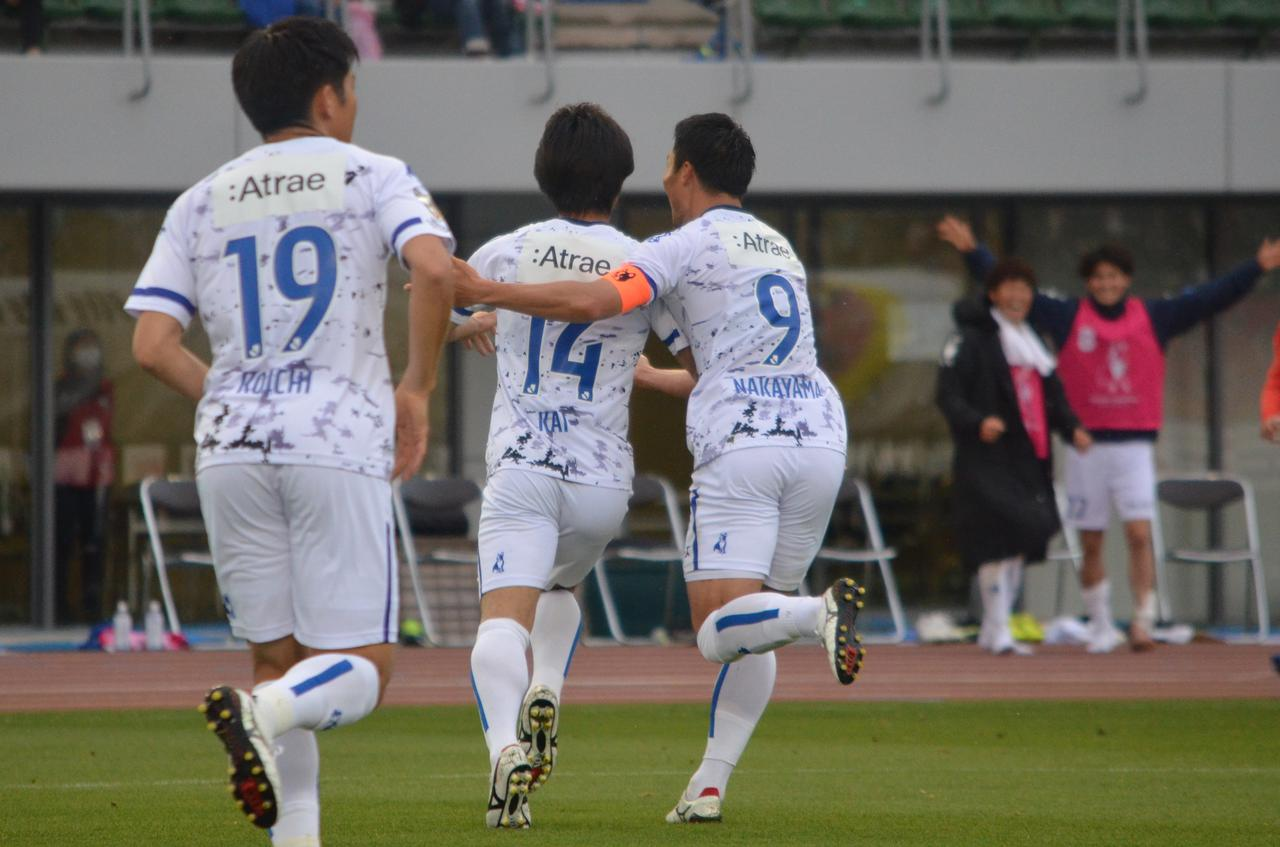 Images : 3番目の画像 - 【写真】GKとの1対1を決めた松崎はベンチへ。劇的な逆転ゴールの喜びをチームメイトと分かち合った(写真◎石倉利英) - サッカーマガジンWEB