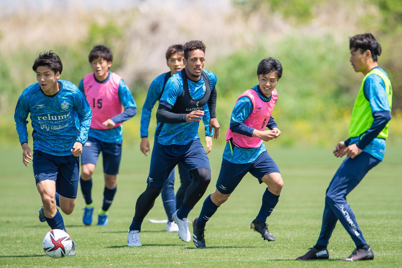 Images : 2番目の画像 - 【写真】見よ、このジャンプ力! ウェリントンは19日からチームの練習に参加している(写真提供◎湘南ベルマーレ) - サッカーマガジンWEB