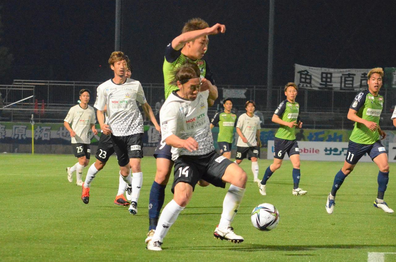 Images : 2番目の画像 - 【写真】鳥取は今季初めて前半を無失点に抑えたが、攻撃は決定機を作れなかった(写真◎石倉利英) - サッカーマガジンWEB
