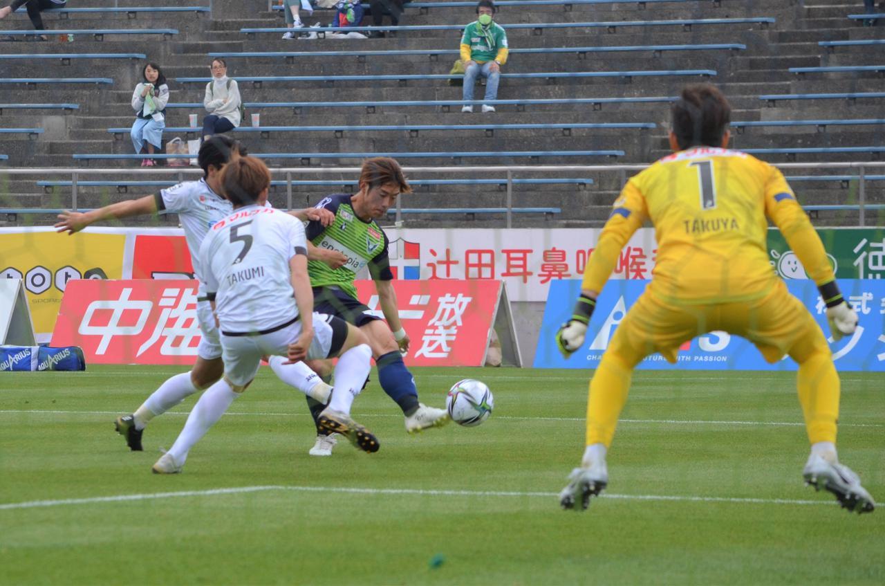 Images : 1番目の画像 - 【写真】強い風が吹く中で双方がゴールに迫ったが、鳥取が1点差で競り勝った(写真◎石倉利英) - サッカーマガジンWEB