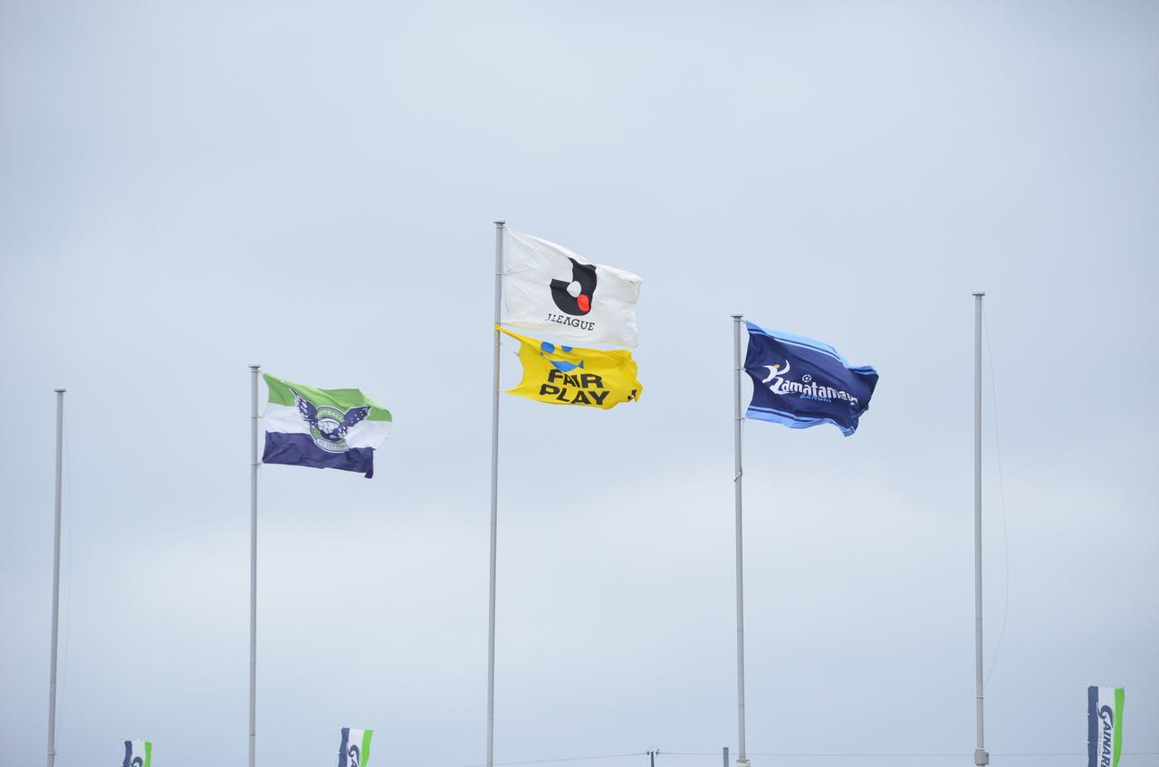 Images : 4番目の画像 - 【写真】強い風が吹く中で双方がゴールに迫ったが、鳥取が1点差で競り勝った(写真◎石倉利英) - サッカーマガジンWEB