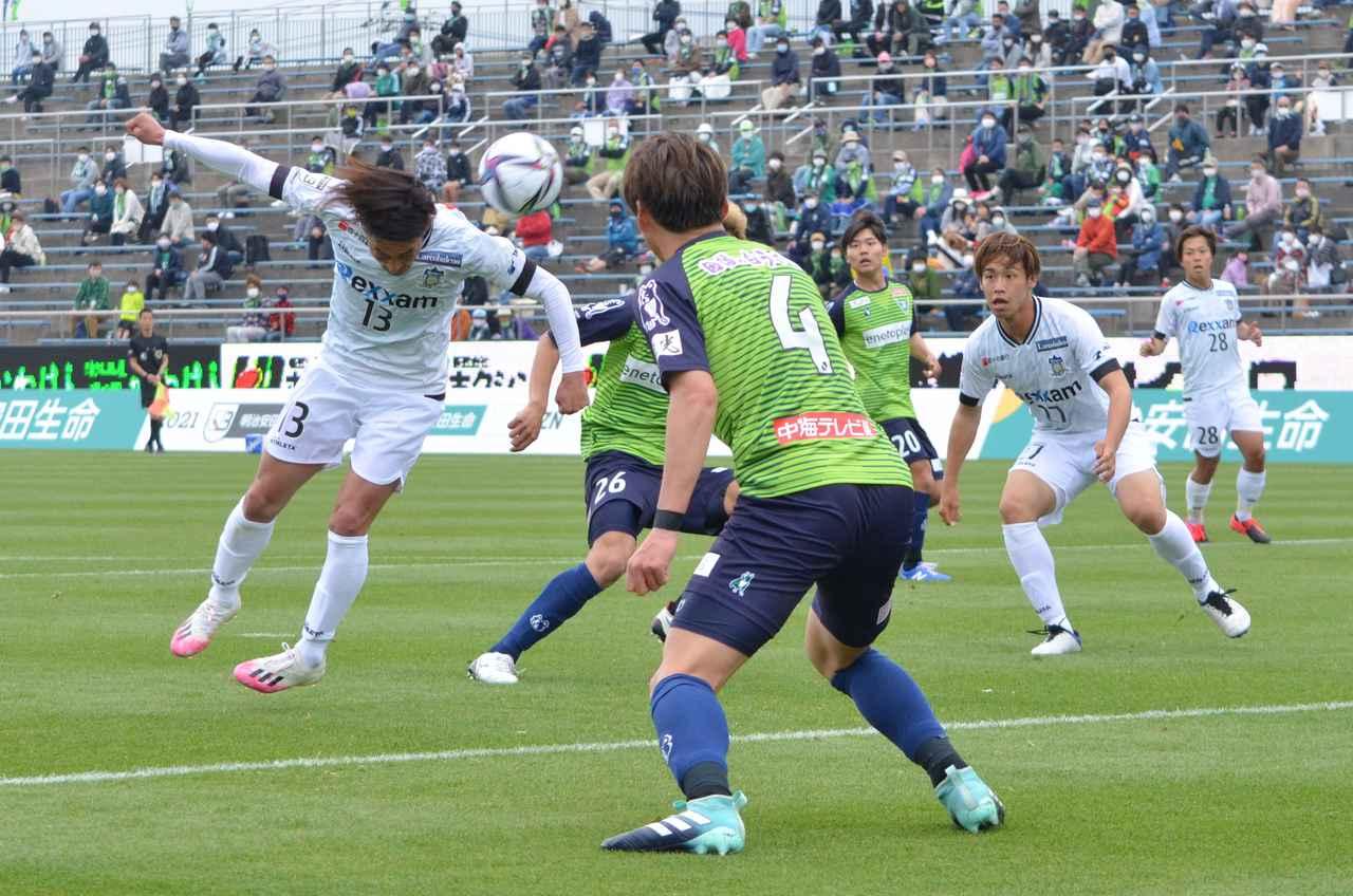 Images : 3番目の画像 - 【写真】強い風が吹く中で双方がゴールに迫ったが、鳥取が1点差で競り勝った(写真◎石倉利英) - サッカーマガジンWEB