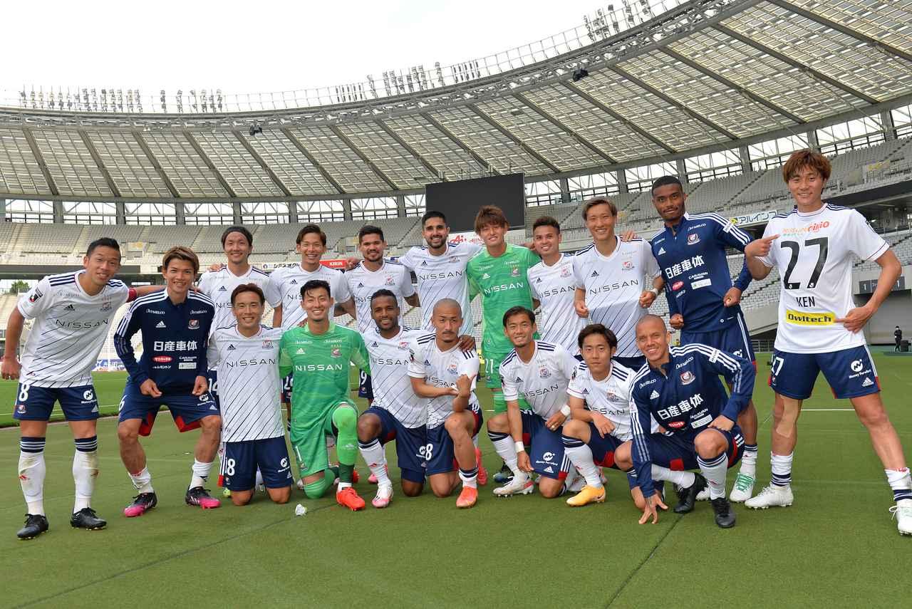 Images : 1番目の画像 - 【写真】快勝を飾った横浜FMの選手たちがピッチで撮影!(写真◎J.LEAGUE) - サッカーマガジンWEB