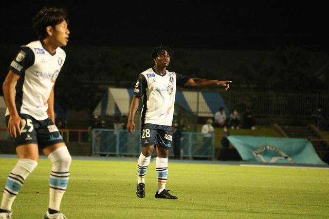 画像: 終盤にゴールを決めたYS横浜のオニエ・オゴチュクウ(写真◎サッカーマガジン)
