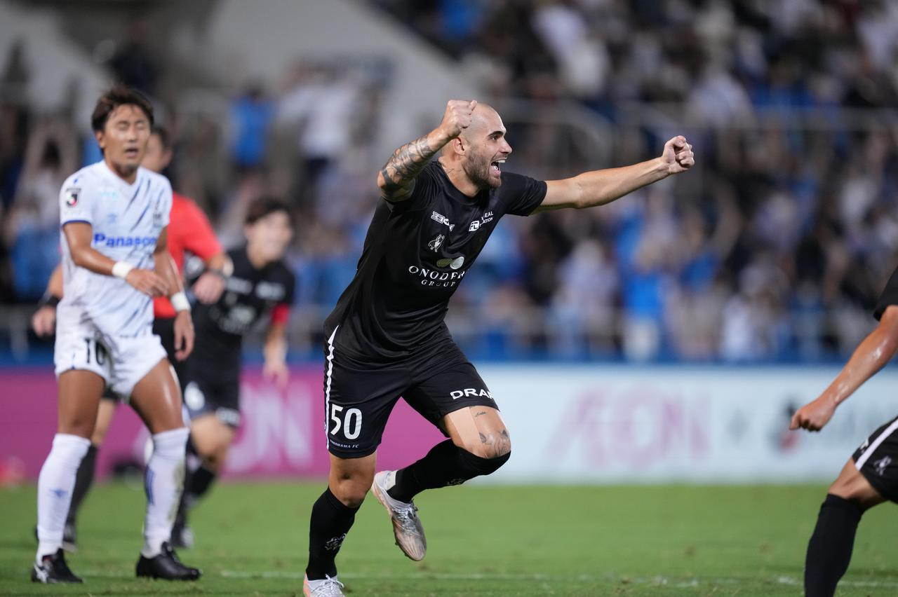 画像: 途中出場から6分後の80分、決勝点を挙げた横浜FCのフェリペ・ヴィゼウ