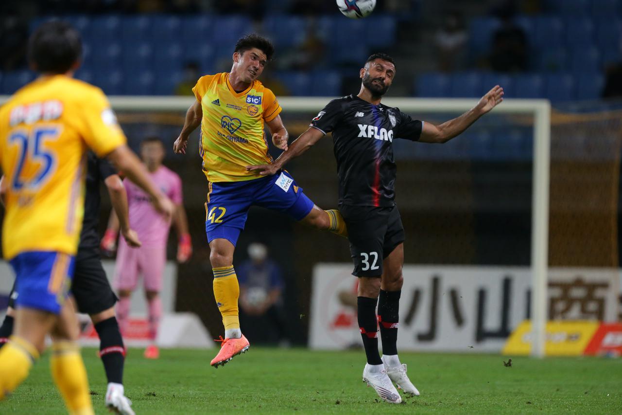 画像: 先制ゴールも挙げ、攻守両面で勝利に貢献したFC東京のジョアン・オマリ(右)