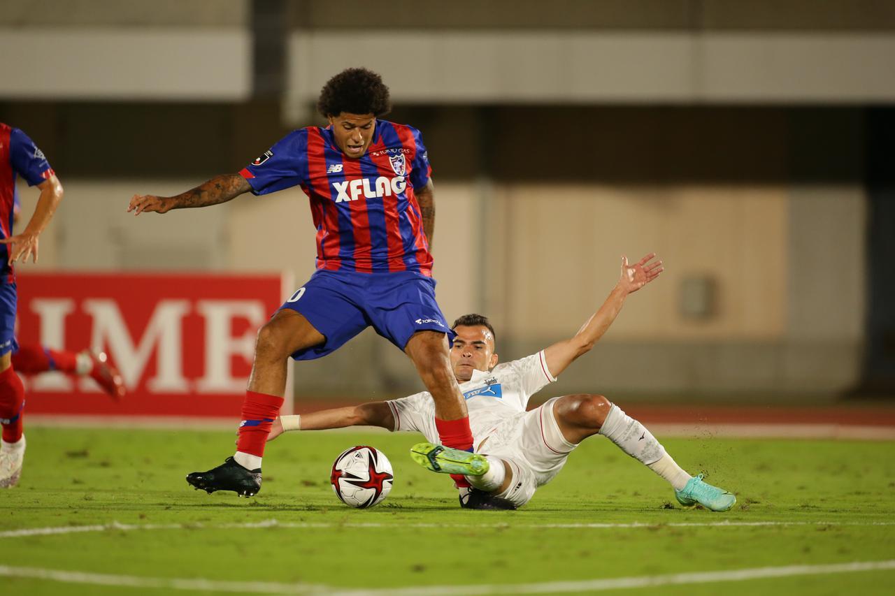 画像: FKで先制点を決めたレアンドロ。FC東京の攻撃をけん引した