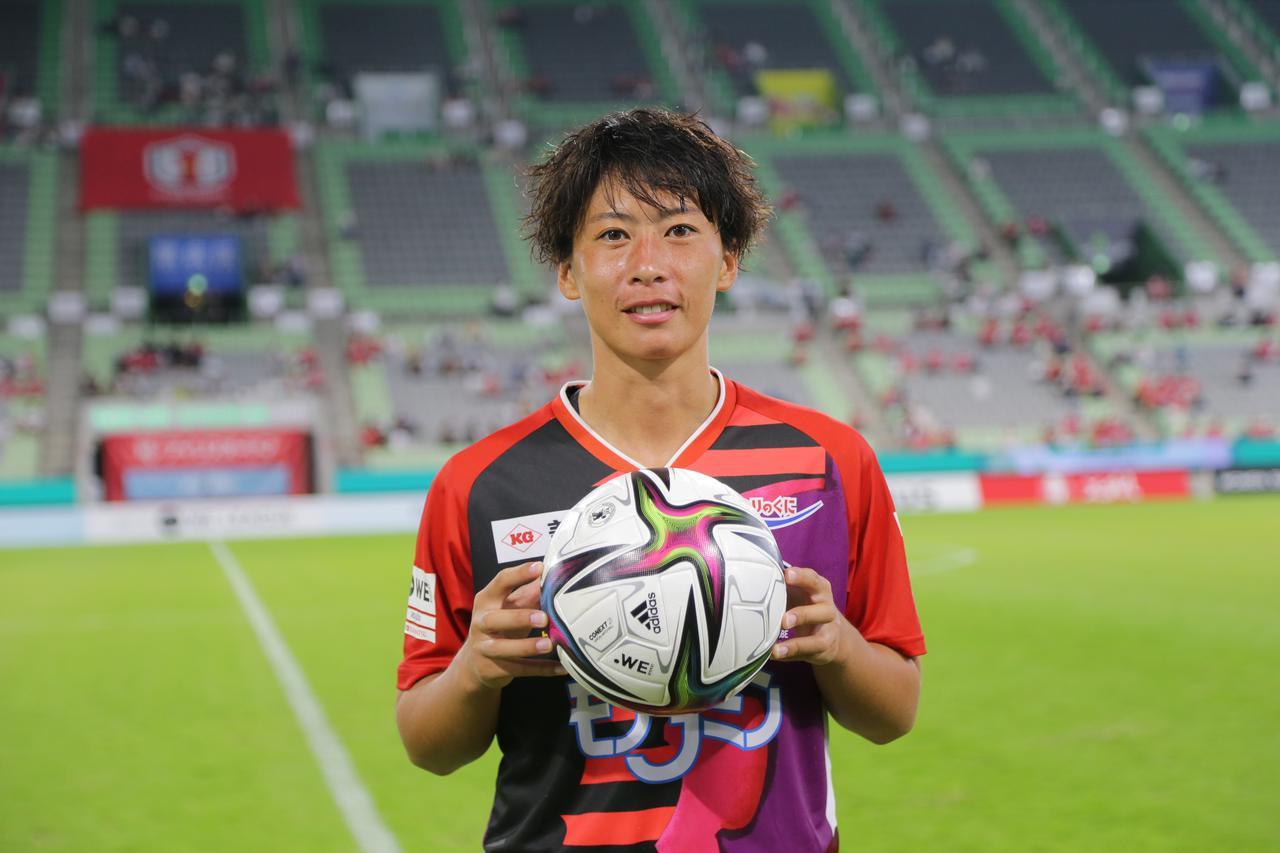 画像: WEリーグの最初の得点者となったのがI神戸の髙瀬愛実。この日、2ゴールを挙げた