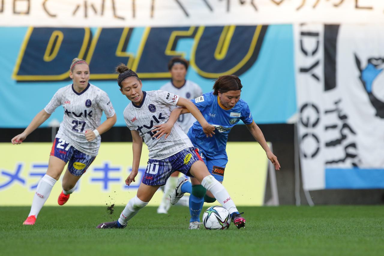 画像: N相模原の脇阪麗奈が体を入れてボールを奪い取る!
