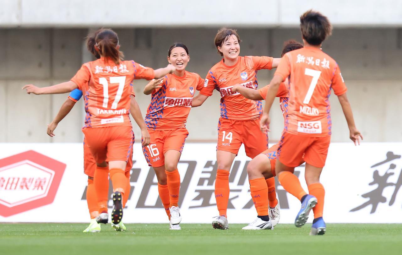 画像: ゴールを喜ぶ新潟Lの北川ひかる(14)と園田悠奈(16)