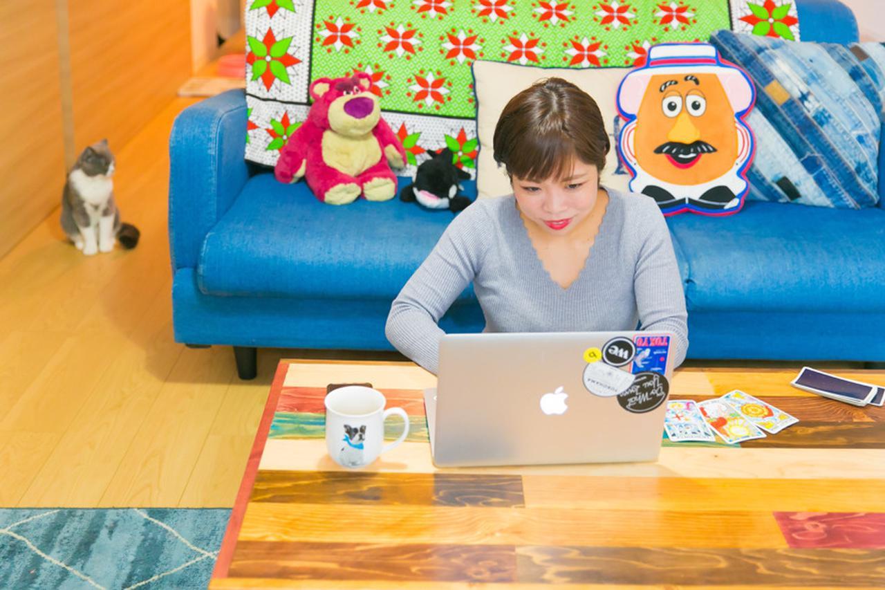画像: オンラインで占い相談を受けている林さん。テーブルの上にあるタロットカードで占い、その結果を元にアドバイスを行っている。