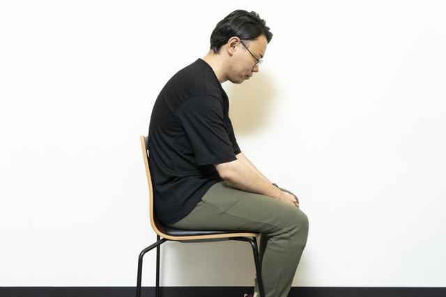 画像2: (2)イスに座って「巻き肩」チェック