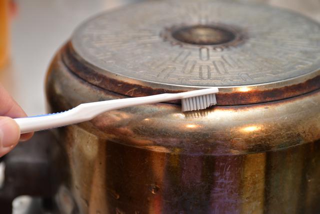 画像2: ④歯ブラシの毛を切れば優秀な掃除道具に変身
