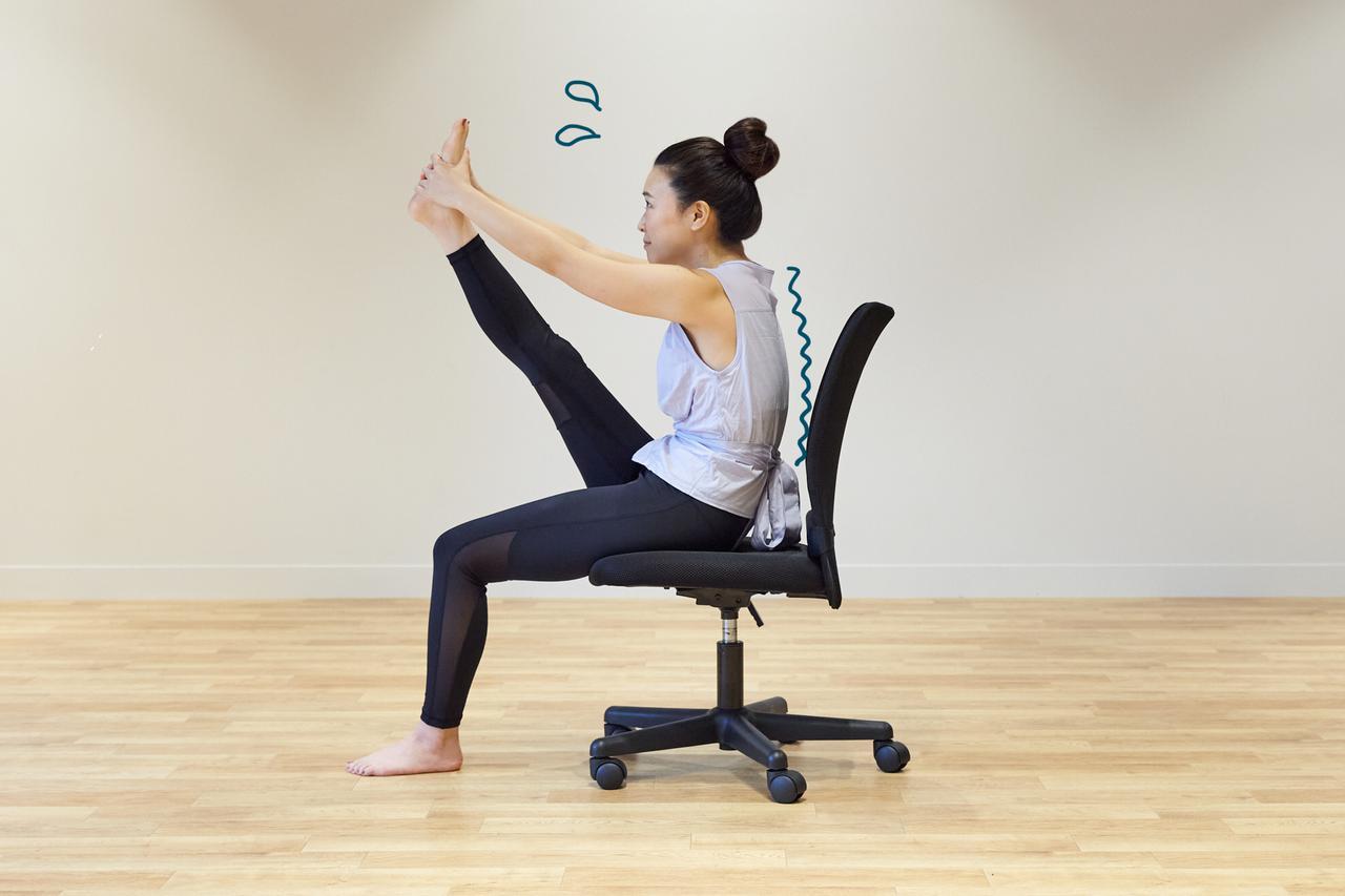 画像7: テレワーク中もリフレッシュ! 椅子に座ったまま5分でできる時短ヨガ