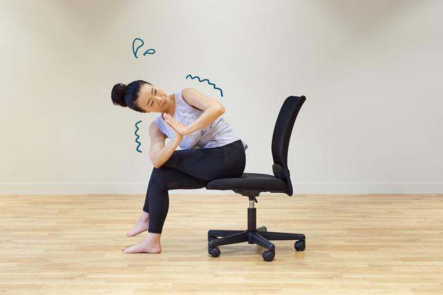 画像9: テレワーク中もリフレッシュ! 椅子に座ったまま5分でできる時短ヨガ