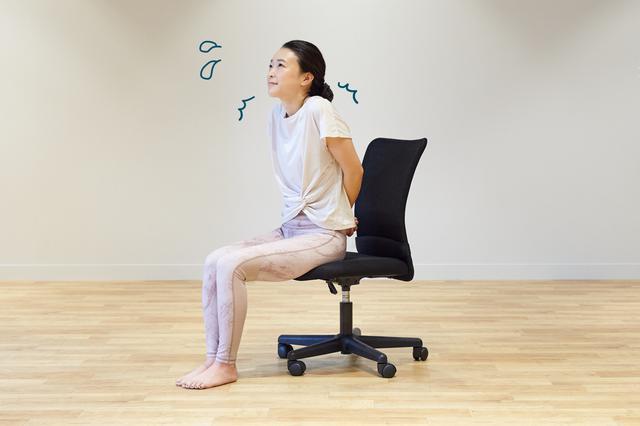 画像3: テレワーク中もリフレッシュ! 椅子に座ったまま5分でできる時短ヨガ
