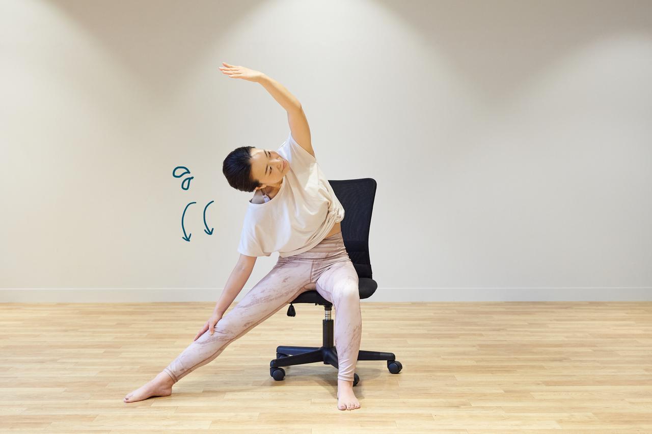 画像5: テレワーク中もリフレッシュ! 椅子に座ったまま5分でできる時短ヨガ