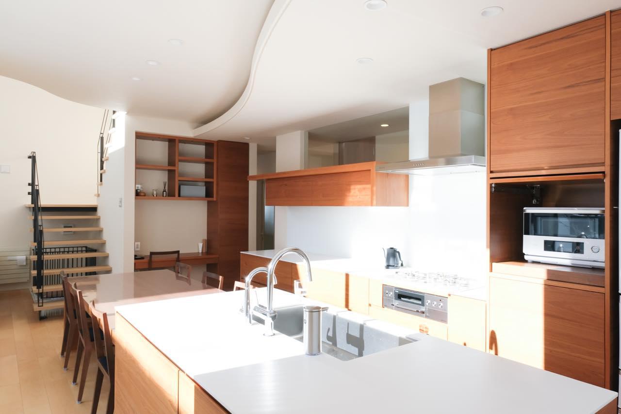 画像: キッチンもご覧の通り。水回りもシンプルでキレイで、何よりも表に出ているモノが少ない!