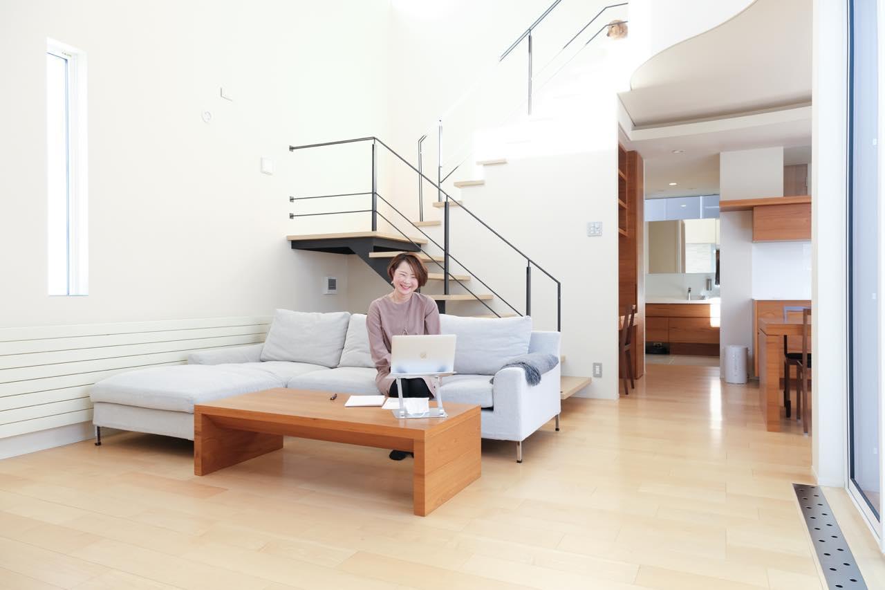 画像: Fujinaoさんのご自宅のリビング。まるでモデルルームのようにキレイなお部屋にびっくり!