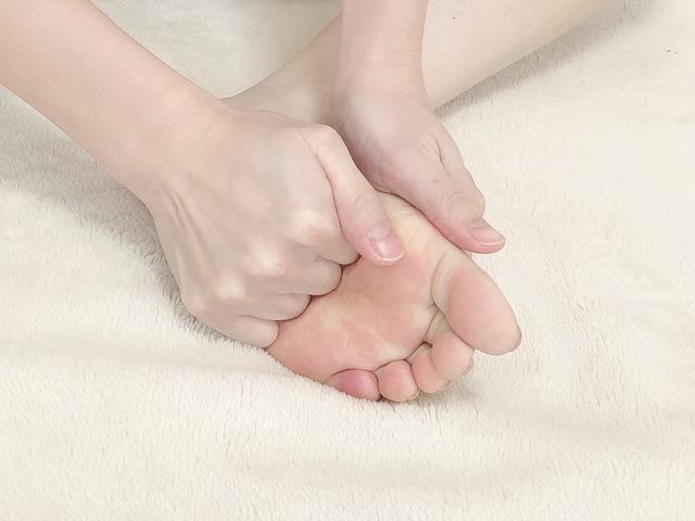 画像: 足裏を、指の関節の固い部分で押します。足裏全体を、少しずつ位置をずらしながら押していきます。