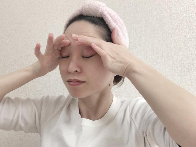 画像: 人差し指を、眉に沿えるように軽く押しつけます。