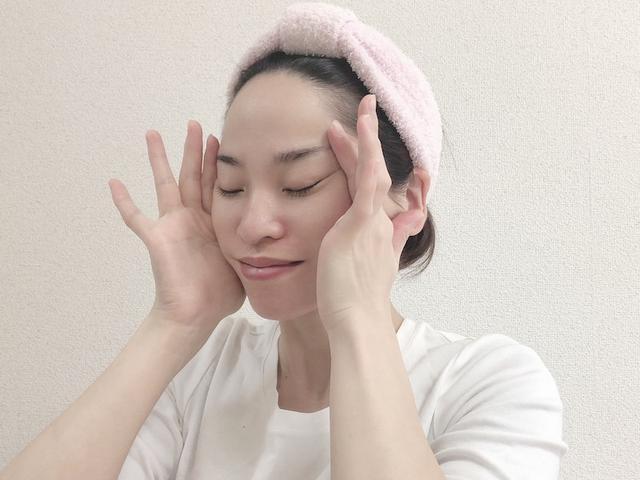 画像: 手を耳の付け根に向かってゆっくりと滑らせます。この動きを、10回ほど繰り返します。