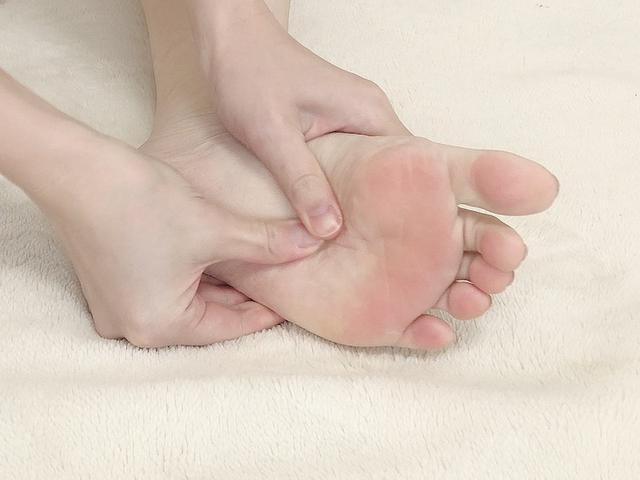 画像: かかと~土踏まず~指の付け根を、両手の親指でゆっくりと押します。それぞれの箇所を10回程度ずつ押しましょう。