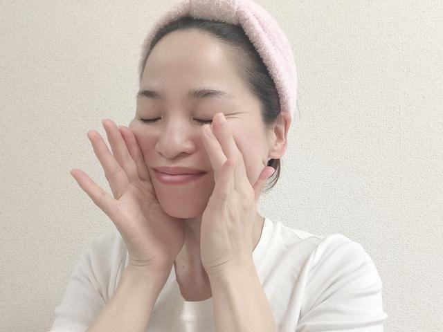 画像: 口の横に手を添えて、人差し指と親指の側面を皮膚に密着させます。