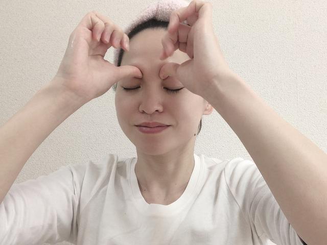 画像: 眉頭の下にあるくぼみを親指の腹で軽く押さえます。眉を上に持ち上げるように、3秒×3回、ゆっくりと押します。